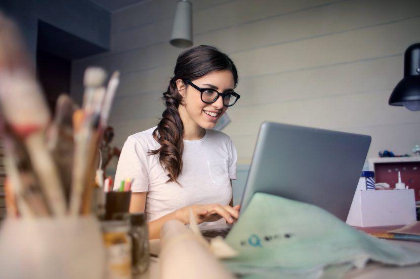 artista trabajando online