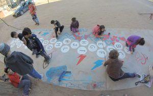 niños jugando rayuelas